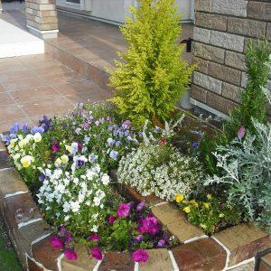 お客様を迎える花壇
