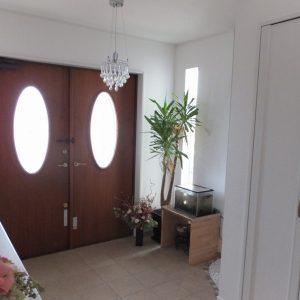 白を基調にした玄関